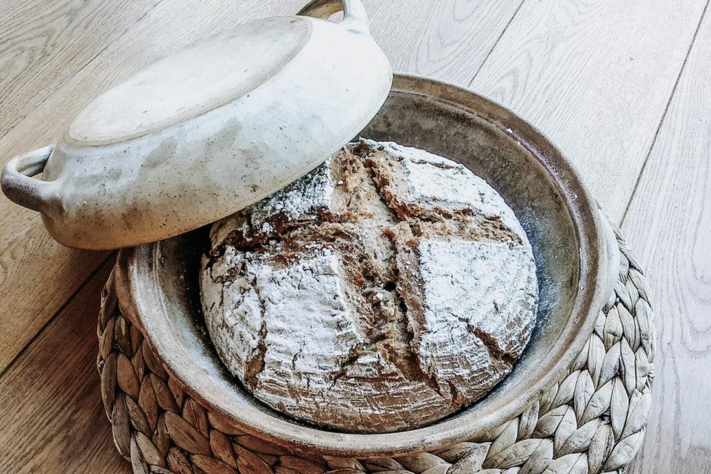 Právě upečený chleba v hliněné formě